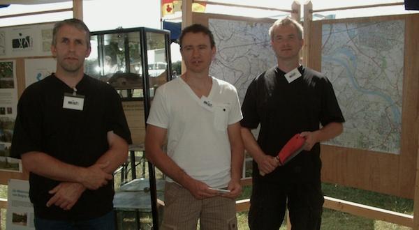 mannen van maasheggen balgoy in stand op kroonwerkfestival